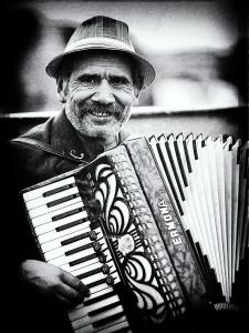 122 - photographie noir et blanc - Paris L'accordéoniste du pont des arts photographe, Serge Decoster